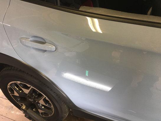 スバルXV ドアの凹み修理前