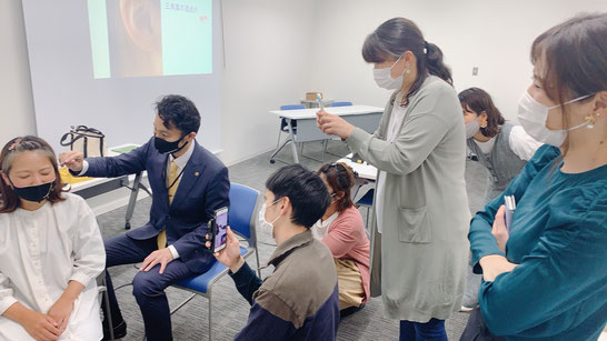 浜松資格取得セミナーの様子 午後の耳つぼ実技も真剣です