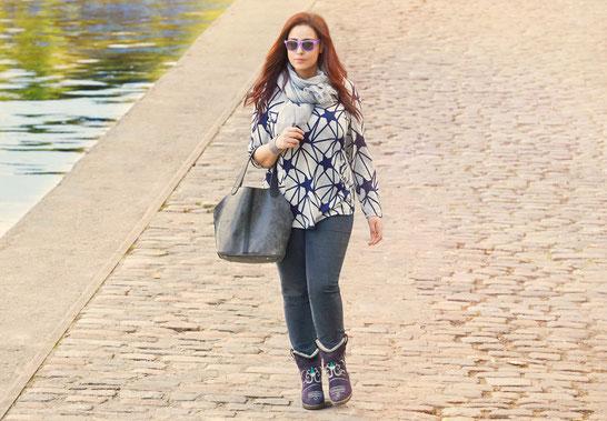 Amsterdam , grau-schwarz Beuteltasche ,  Lederimitat , blaue Jeggings Größe 46 , superstretch , hellgrauer Damenpullover  Größe 50 , Sternen-Motiv , grauer Schal , Plus Size Model