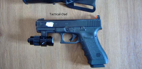 Glock 17 mit montiertem der Piexon Pfefferspraymontage.