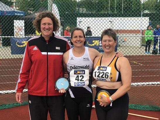 Links: Martina Greithanner (Silber; TSV Münnerstadt), rechts: Petra Engel (Bronze; Leichtathletik Team Schurwald), Mitte: Bettina Schardt!