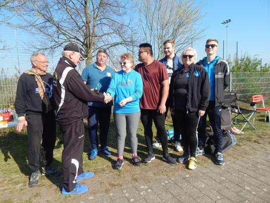 In einer Wettkampfpause überreicht Trainer Kurt Büttler einen kleinen Pokal an Natalie Tag für ihre gelungenen Einsätze.