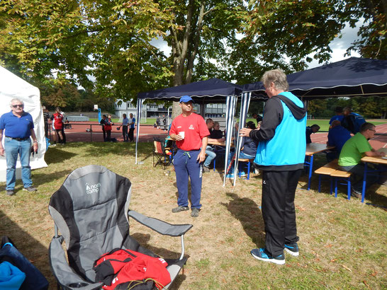 Franz Pauly (in der Bildmitte in rot) spricht zwischen seinen zahlreichen Einsätzen die Taktik mit Teamchef Gerhard Zachrau ab. Links im Bild Herr Jansen Senior, Vater und Trainer von Wilma Jansen.