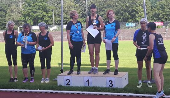 Links das zweitplatzierte Phoenixteam 2 mit Petra Koliwer, Ulrike Schiele und Annete Kohl, rechts daneben die DM-Siegerinnen von Phoenix 1 (v. l. n. r.: Mireille Kosmala, Kristina Telge, Anette Borutta).