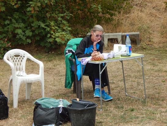 Währenddessen bereitet Sigrid Fuchs die Wettkampflisten vor.