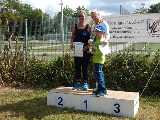 Sigrid Fuchs und Natascha Wolf mit deren Sohn, dem Jungmitglied Timo.
