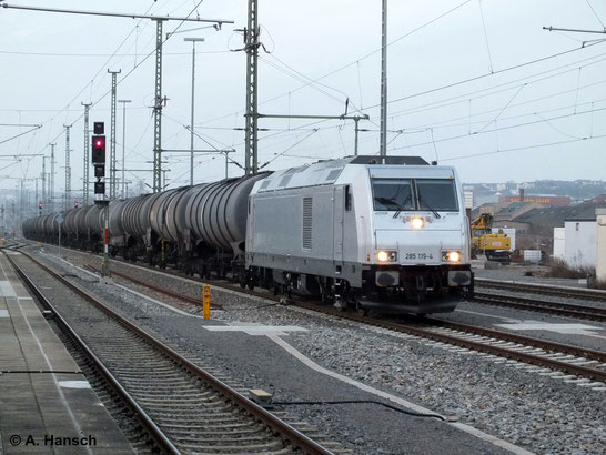 Am 7. März 2014 fährt 285 119-4 mit ihrem Kesselwagenzug in den Hbf. Chemnitz ein. Es handelt sich um den Leerzug des einen Tag zuvor angekommenen Ölzuges für das Tanklager Glösa. Der Zug wird hier kopfmachen und gen Freiberg weiterfahren