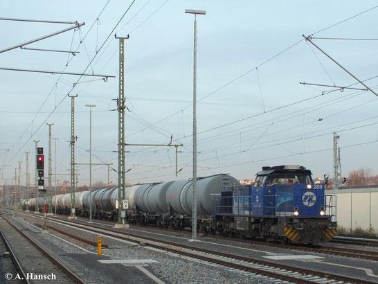 """Aufgrund einer Streckensperrung zwischen Leipzig und Zwickau fuhren am 3. Dezember 2013 einige Güterzüge über Chemnitz Hbf. Einer der """"Elbtalumleiter"""" ist der Kesselwagenzug mit 275 012-3 (Lok 209 der InfraLeuna GmbH)"""