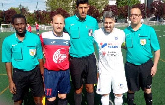 Les capitaines Guillaume Grévin et Benoît Sturbois tous deux formés au SC Amiens et anciens partenaires de jeu à l'AC Amiens accompagnés des arbitres de la rencontre