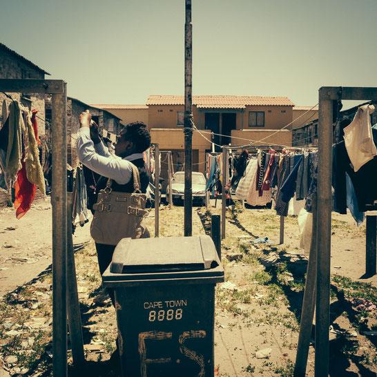 Auch wenn die Hostels und die Umgebung verdreckt wirken, auf die Wäsche und das äußere Erscheinungsbild wird viel Wert gelegt, wenn die Einwohner die Straßen des öffentlichen Lebens betreten, wie sich unschwer an der jungen Frau erkennen lässt.