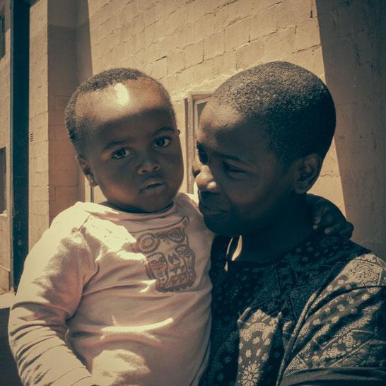 Die Kinder im Township schwanken zwischen Neugierde, Begeisterung, Freude und Angst beim nahen Anblick meiner Person. Hier bin ich derjenige mit einer anderen Hautfarbe - Township Langa Cape Town South Africa
