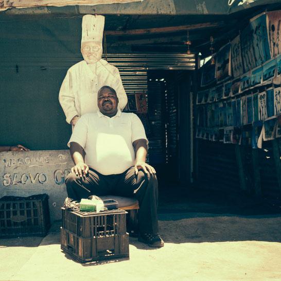 Traditionelles südafrikanisches Handwerk für Touristen darf auch im Township nicht fehlen. Natürlich kauft es sich hier besser als im Shop an der Waterfront - Township Langa Cape Town South Africa