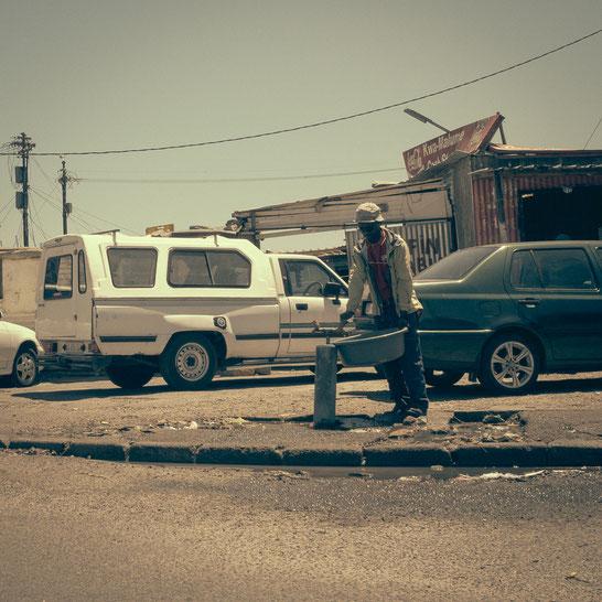 Die Wasserversorgung im Township erfolgt über öffentliche Wasserstellen. Eine Kanalisation gibt es nicht, als spärlichen Ersatz dienen vereinzelte Dixie Toiletten - township Langa Cape Town South Africa