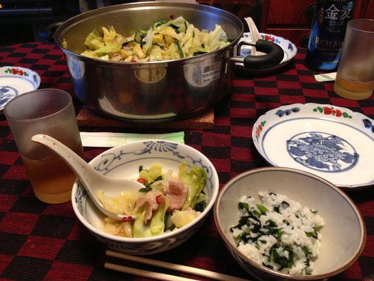 もつ鍋とワカメご飯。シメはもつ鍋に麺を入れてちゃんぽんにしました。
