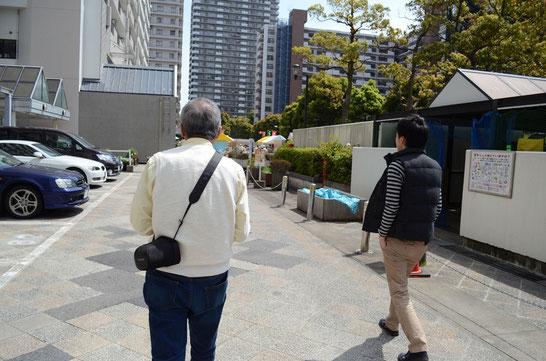 カメラを持ちながら、団地をお散歩。