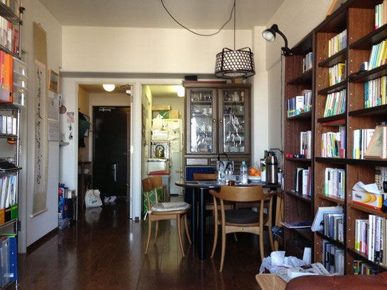 本がたくさんある、きれいに整頓されたお部屋でした。