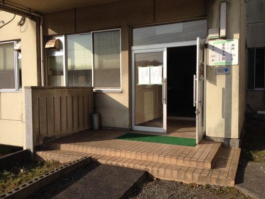 会館の玄関です。土足のままお上がり下さい。
