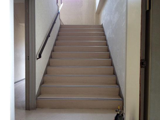 階段を上がって二階のホールへどうぞ。