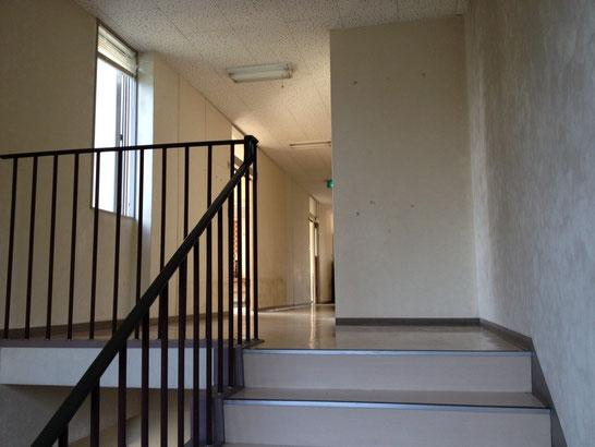 階段を上がると、左手に見えるのがホールです。