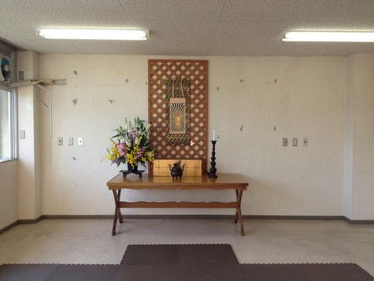 正面には仏様が安置された荘厳檀。