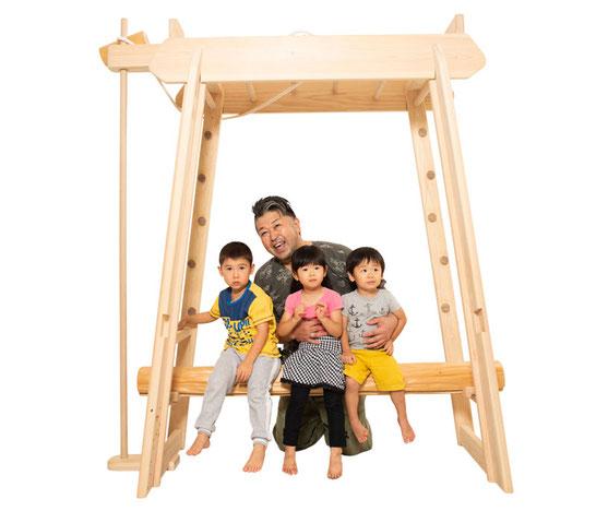 ブレキエーション(室内雲梯)で遊ぶ子ども達