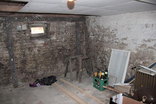 Kellergeschoss: nahezu alle Wände des Kellers wiesen an den Innenseiten Feuchteschäden auf.