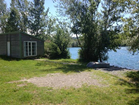 cabane de pêche à l'esturgeon sur le poste au bord de l'eau à IKTUS