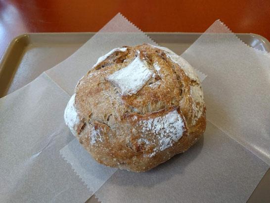 某人気店のライ麦入りパン。おいしくいただきました。