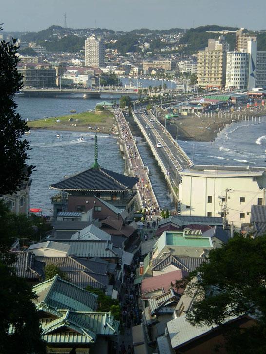 Vue sur le pont piétonnier et routier, ruelle commerçante et torii de bronze  2009©Marj'