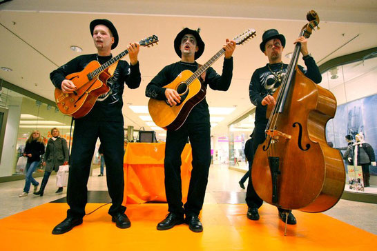 "Trio ""The Roadsters"" in Halloween-Verkleidung im Kaufhaus."
