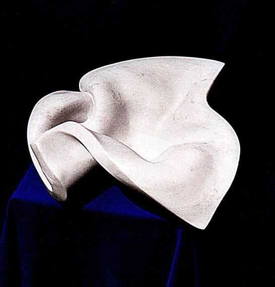 Diese Schale besteht aus weißem Marmor, sie hat die Form eines gefalteten Tuches.