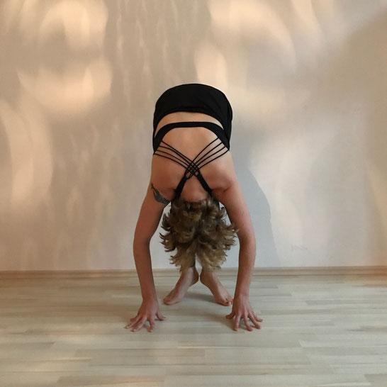 Kundalini Yoga Morgenroutine von Lisa Stopik gegen Müdigkeit und Schlafmangel auf dem Mama Yoga Blog MOMazing.