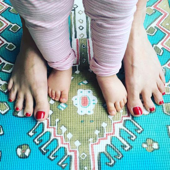 Vier Füße für ein Om: Yoga mit Kleinkind. Erfahrungen und Tipps von Kathrin vom Mama Yoga Blog MOMazing.