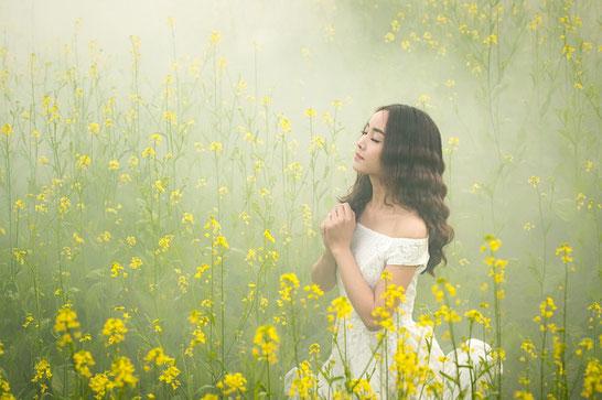 Soyons conscients de notre dimension spirituelle, prions avec un profond respect et adorons Dieu Tout Puissant. Demandons-lui la sagesse, le courage d'avancer positivement dans la vie pour atteindre nos objectifs en surmontant nos difficultés et nos peine