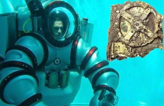 """A gauche : photo du """"submersible endossable"""". A droite : une partie du Mécanisme d'Anticythère"""