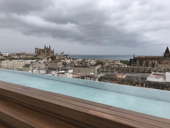 Pool auf der Dachterrasse des Hotels