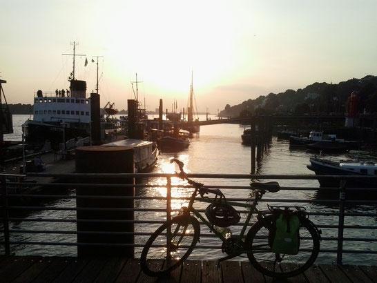 Bild: Hamburg Hafen, Elbe, HDW