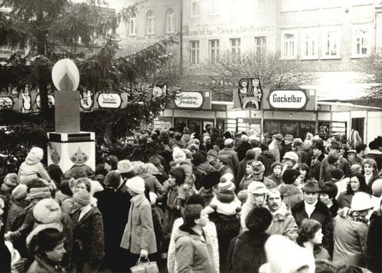 Weihnachtsmarkt 1981 in Radeberg. Einkaufs-Trubel auf dem Radeberger Striezelmarkt 1981