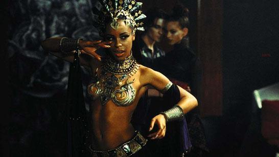 El baile sensual de Akasha en el club de vampiros.