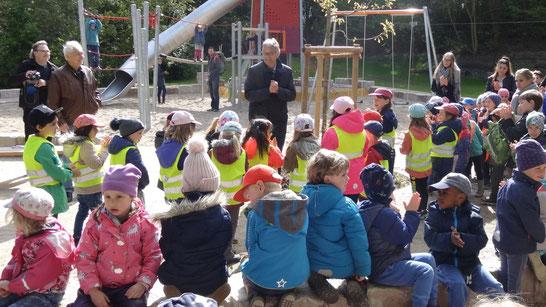 Bezirksamtsleiter Ritzenhoff begrüßt die Kinder...