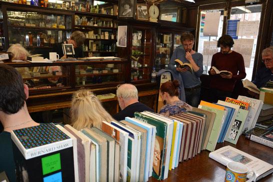 Literatur, die versammelt; hier gemeinsame Ulysses-Lektüre in Dublin, Quelle:  R. Knipp 2014