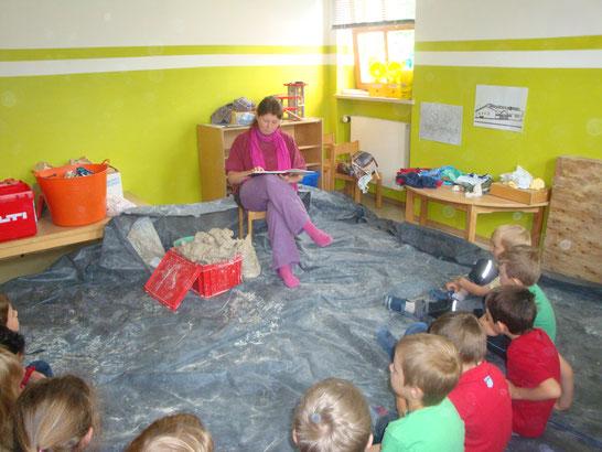 Vorlesestunde (normalerweise mit den Kindern am Boden :-))