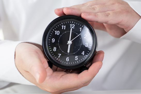 パソコンのキーボード。マスキングテープ。メモ帳。白のバラの花。