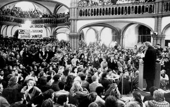Oppositionel sammenkomst i en kirke i Østberlin