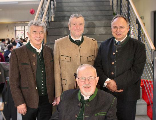 v.l.n.r Karl Spitzer, Benno Glockner, Erster Bürgermeister Leo Wöhr, sitzend Dr. Heribert Kuczera