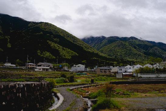琵琶湖の湖畔からすぐに山。少ない平地に田畑が見えます