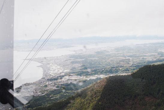 霧の向こうに琵琶湖南部が見えます。ロープウェイより