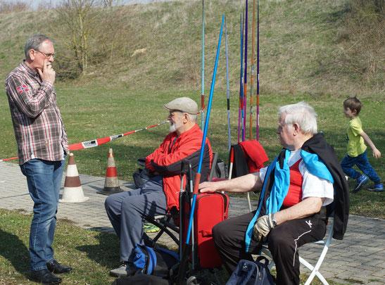 Volker Strub (links) im Gespräch mit Peter Schneider und Altmeister Erich Kreit (rechts). Im Hintergrund läuft sich schon mal ein Nachwuchswerfer warm.  schon mal
