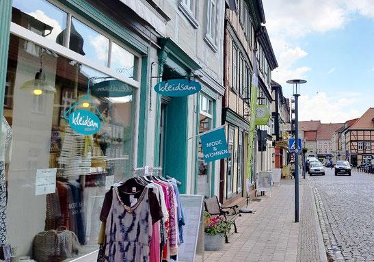 Mitten in der historischen Altstadt von Grabow, schräg gegenüber von Marktplatz und Rathaus.