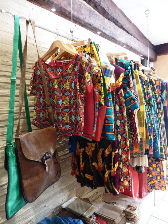 La boutique Les Créateurs propose entre autres les sacs en cuir de la marque Kémé Roots ( à gauche) et les créations Glam Ethnik